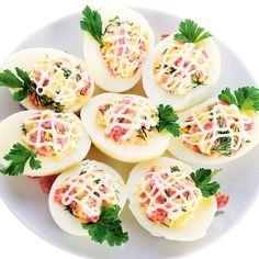 Rețete de ouă umplute. Ouăle umplute sunt un aperitiv ușor de preparat, atrăgătoare ca aspect, dar și ca gust. Iată rețeta pentru 12 feluri de ouă umplute: Healthy Cooking, Cooking Recipes, Healthy Recipes, Lacto Vegetarian Recipe, Salad Design, Cooking Photography, Romanian Food, Deviled Eggs, Food Cravings