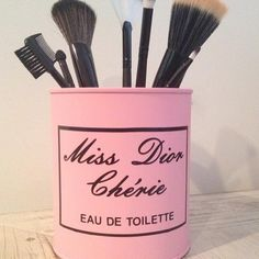 """""""Porta Pincéis Miss Dior Inspired! Além de útil, é super decorativo!!! Compre já o seu: 11 98315-6039 Snap bibi_decome ateliercasaemesa@gmail.com …"""""""