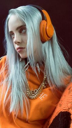 Billie Eilish is our style icon! Billie Eilish is the POP sensation we never knew we needed! Billie Eilish, Elegantes Business Outfit, Videos Instagram, Streetwear Mode, Streetwear Fashion, Album Cover, Orange Aesthetic, Wallpapers Android, Grunge Hair