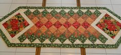 Handcrafted Quilted Poinsettia Table Runner por Quiltsbysuewaldrep