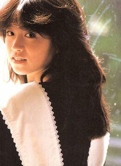 中森明菜 Akina Nakamori, 1980s Idolo Beautiful Japanese Girl, Beautiful Person, Beautiful People, Japan Fashion, 80s Fashion, Blue Lantern, Japanese Photography, Japanese Street Fashion, Vintage Girls