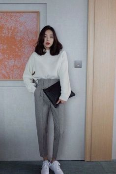 Moletom, alfaiataria e tênis korean fashion office, korean winter fashion outfits, korean street Korean Winter Fashion Outfits, Korean Fashion Office, Korean Fashion Trends, Asian Fashion, Korean Street Fashion Urban Chic, Womens Fashion Outfits, Seoul Fashion, Ulzzang Fashion, Korean Outfits