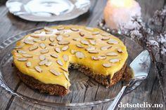 """""""Suksesskake"""", eller """"Kake med gul krem"""" som den også kalles, er manges storfavoritt på kakefronten. Kaken består av en deilig mandelbunn og en fantastisk god krem. Den karakteristiske gule fargen på kremen kommer av mange eggeplommer og godt meierismør. Chocolate Cake, Muffin, Pie, Tasty, Cookies, Baking, Breakfast, Sweet, Desserts"""
