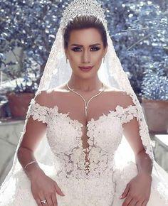 Que maravilhosa !!  _ _ #casar #casamento #vestidobranco #vestidodenoiva #vestido #penteado #penteadodenoiva #coroa #coroadenoiva #veu #veudenoiva #noivos #noivas #noiva
