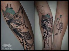 """Ecco Tomlinson e Kev James, un duo creativo di Londra conosciuto come 'Expanded Eye'. I due ragazzi, riconosciuti per il loro talento di tatuatori di opere cubiste, scrivono: """"Tutti i tatuaggi che creiamo sono unici, e i concetti e le interpretazioni che stanno alla base del disegno sono storie raccontate dai nostri clienti. Ci impegnamo …"""