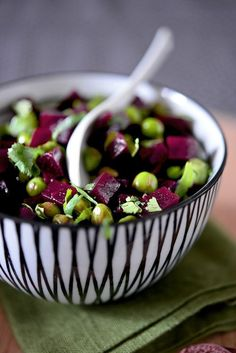 Cut four beets cooked in small cubes. Cook peas in salted water. They must remain somewhat firm without being too crisp (to your taste in fact!). Mix diced beets and peas, a line of white balsamic vinegar, a little olive oil, salt and pepper. Chop the cilantro and sprinkle on salad