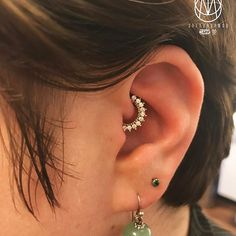 @little_miss_green upgrade her daith with a cool gold clicker from @dinamica.joalheria  #dinamicajoalheiros #pinpoint #piercing #pinpointpiercing #piercings #piercerslife #piercingideas #appmember #safepiercing #daith #daithpiercing