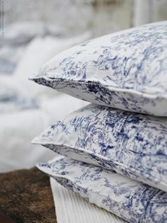 blue toile pillows filled with lavender. apparently, that's a thing in Provence. now that could work. Blue And White Pillows, Blue Pillows, Swedish House, Swedish Style, Blue And White China, Navy Blue, Blue China, Linens And Lace, Cozy Cottage