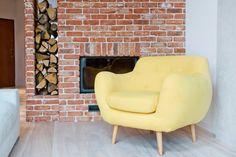 Żółty fotel w salonie - Lovingit.pl