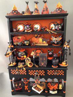 Halloween Katzenkabinett Source by Halloween Cat, Halloween House, Holidays Halloween, Halloween Pumpkins, Haunted Dollhouse, Haunted Dolls, Dollhouse Miniatures, Vintage Halloween Decorations, Halloween Displays