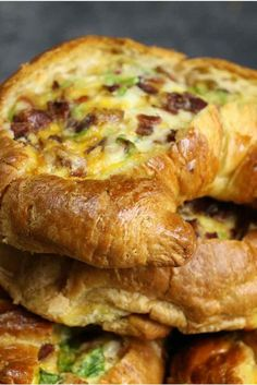 Cheesy Bacon Egg Boats – crispy bacon, fluffy egg and melted cheddar cheese baked in croissant breakfast boats! A quick and easy recipe that's ready in 30 minutes and feeds a crowd! Perfect for breakfast and brunch. So delicious! Breakfast Desayunos, Breakfast Items, Breakfast Croissant, Breakfast Dishes, Yummy Breakfast Ideas, Cheese Croissant, Croissant Recipe, Breakfast Sandwiches, Breakfast Casserole With Croissants
