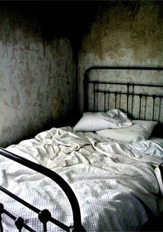 I like the bed but I'd want the walls to be more cheery. It looks like it's hiding in a creepy basement.
