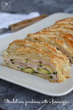 strudel con zucchine - strudel with zucchini Wine Recipes, Cooking Recipes, Healthy Recipes, Strudel, My Favorite Food, Favorite Recipes, Salty Foods, Quiches, Cooking Time