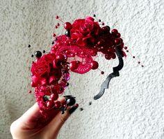 Čelenka s krásnou krajkou v rudé