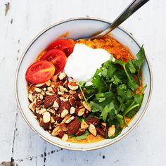 Daal är en mustig indisk gryta, här med röda linser, med orientaliska kryddor och en skvätt kokosmjölk. Prova en tjockare variant, mer som en gröt. Toppa med tomater, salta mandlar, en klick matyoghurt och färsk koriander. Dubbla chilimängden för mer hetta.