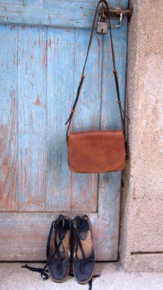 #HoneyAlmond #BigStefanie, #Chiaroscuro, #MadeInIndia, #PureLeather, #Handbag, #Bag, #WorkshopMade #Leather #Sling #ShoulderBag #Casual #Vintage #Brown #Tan #DarkTan #PullUpLeather #Sling #ShoulderBag  http://chiaroscuro.in/products/honey-almond-big-stefanie