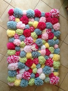 up a batch of colourful pom-poms and attach these onto a woven mat. Yarn Crafts, Diy Crafts To Sell, Fabric Crafts, Sewing Crafts, Diy Pom Pom Rug, Pom Pom Crafts, Pom Pom Mat, Diy Tapis, Diy Décoration