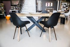 Collection X: Dining Table: solid oak top hand glued for best stability. Structure and pedestal steel lacquered black Mat Finition choice on