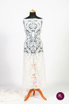 Dantelă mireasă ivoire pe tulle în aceeași nuanță, ușor elastic. Modelul dantelei este brodat cu fir ivoire și accesorizat cu paiete translucide și șiret fin. Design-ul dantelei este unul amplu, de inspirație baroc, dispus pe întreaga suprafață a materialului. Această dantelă se pretează în special rochiilor de mireasă dar poate fi reinterpretată și într-o ținută elegantă de seară. Lace Skirt, Formal Dresses, Skirts, Model, Fashion, Dresses For Formal, Moda, Formal Gowns, Skirt