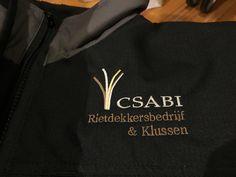 Logo op voorzijde van jas Napkins, Van, Logo, Sweatshirts, Logos, Towels, Dinner Napkins, Trainers, Sweatshirt