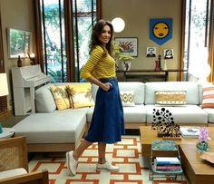 Patrícia aposta em blusa listrada e saia mídi para apresentar o programa (Foto: Carolina Berger / Gshow)