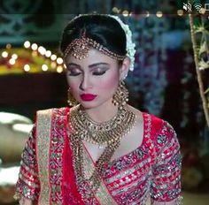 Beautiful Bollywood Actress, Most Beautiful Indian Actress, Indian Tv Actress, Indian Actresses, Mouni Roy Dresses, Indian Wedding Bride, Glamour Makeup, Cat Eyeliner, Saree Models