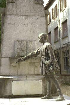 monument dans la cour de l'ancienne école normale de Dax 40 - à la mémoire des instituteurs landais morts à la guerre - statue Ernest Gabard