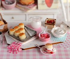 Miniature Making Strawberry Biscuit Shortcake por CuteinMiniature