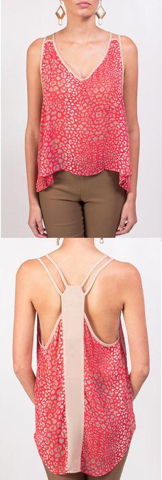 Un día soleado es ideal para lucir bella con esta elegante y fresca blusa KAMI sin mangas y bello escote en la espalda.