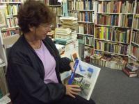 Emmy Krijnen tussen 100.000 boeken