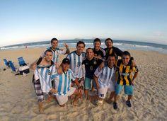 Los hinchas argentinos ya hacen la previa en las playas de Río de Janeiro. Se viene el debut!!!! Dom, 19 hs.
