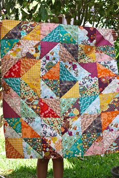 Indie by Pat Bravo by One ShaBby ChiCk, via Flickr. J'adore ces quilts très  simples à base de triangles.