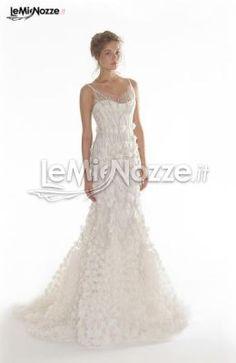 http://www.lemienozze.it/gallerie/foto-abiti-da-sposa/img29349.html  Abito a sirena con scollatura a cuore in tulle, ricamato con piccoli fiori, cristalli e fili di foglie di seta