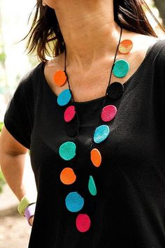 another colorful crochet necklace by fulanas This site has lots of lovely inspiration. Knitted Necklace, Fabric Necklace, Diy Necklace, Button Necklace, Necklaces, Crochet Jewelry Patterns, Crochet Accessories, Crochet Designs, Textile Jewelry