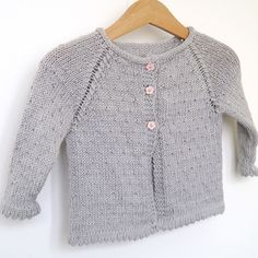 This equipment permits you to knit a stunning Lili Comme Tout sowing cardigan with Guéret de Fonty wool. The vest might be delicate, mild and machine cleanable. Knitting Patterns Boys, Knitting For Kids, Kimono Pattern, Cardigan Pattern, Baby Cardigan, Pullover Mode, Girls Sweaters, Sweater Fashion, Clothes