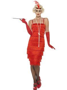 Flappertytön mekkoasu; punainen. Mekkoasun rimpsuhelma peittää polvet tyylikkäästi ja samansävyiset käsineet sekä päähine viimeistelevät naamiaisasun tyylin.