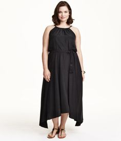 Sleeveless maxi dress in woven fabric with a flared skirt. Curvy Fashion, Plus Size Fashion, Plus Size Chic, Bridesmaid Dresses, Wedding Dresses, Plus Size Women, Ideias Fashion, Casual, Personal Style