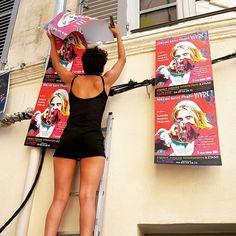 Accrochage d'affiches pour le #spectacle Niki de Saint-Phalle Vivre ! de @julietteandreathierree au #théâtre Espace Roseau-Teinturiers au #festival @avignonleoff #avignon #avignonleoff