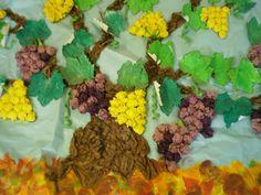 Mural de la verema. Raïms fets amb boletes de paper de seda, cep amb paper arrugat, fulles pintades amb ceres toves verdes i el terra d'estampació amb esponges.