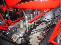 Silnik dwusuwowy, czterocylindrowy, poprzeczny, rzędowy, układ poziomy, cylindry skierowane do przodu pojazdu. Rumi 250 z 1960 roku.