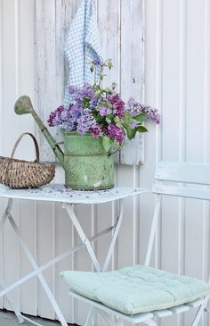 Green watering can with flowers Lilac Blossom, Vibeke Design, Home And Deco, Garden Styles, Porch Decorating, Scandinavian Style, Vintage Flowers, Decoration, Garden Furniture
