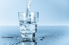 Our writer took the great Gallon Water Challenge and tried to drink an entire gallon of water everyday for the health benefits and this is what happened. Gallon Water Challenge, Water Facts, Papier Absorbant, Metabolism Boosting Foods, Modern Food, Gallon Of Water, Water Retention, Water Purification, Drink More Water
