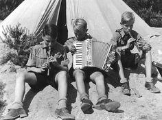 MIembros de las Hitlerjugend en un descanso, y aprovechando para sus prácticas de música