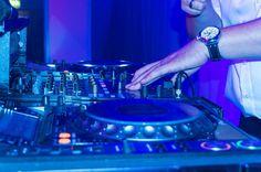 DJ na wesele czy Wodzirej? - Muzyka na weselu odgrywa bardzo ważną rolę. W końcu to od zespołu czy DJ zależy jak będą bawić się goście. W ostatnim czasie bardzo popularne stało się podejmowanie współpracy również z Wodzirejem. Kim tak naprawdę jest? Czym się zajmuje? Poniżej wyjaśnienie najbardziej istotnych kwestii. Różnica... - http://www.letswedding.pl/dj-wesele-wodzirej/