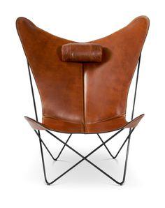 KS Chair är en otroligt vacker fladdermusfåtölj från danska OX Denmarq. Att fåtöljens form fått ett så specifikt namn som fladdermusfåtölj visar på hur populär den blivit. En uppsjö av olika varianter, kvalitéer och material har tillverkats av otaliga leverantörer. OX Denmarq är en av de få varumärken som aldrig tummar vare sig på kvalitet eller material, något som gör att KS Chair, tillsammans med sina syskon Papillon och Trifolium Chair, sticker ut ur mängden.