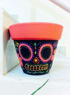 Black with color Sugar Skull Crafts, Sugar Skull Art, Painted Plant Pots, Painted Flower Pots, Flower Pot Crafts, Clay Pot Crafts, Diy Arts And Crafts, Diy Crafts, Art Studio Decor