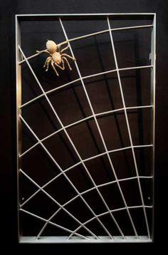 Spinnen Gitter aus Edelstahl mit einer Spinne aus Bronze Grill Design, Iron Gates, Door Design, Interior Exterior, Metal Art, Rustic Decor, Grilling, Villa, Wrought Iron