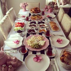 ✨✨ @pembekurdelaa 'nın nefis kahvaltı sunumuyla @dekorluk siyah beyaz püsküllü runner.  Siparişlerinizi bize www.dekorluk.com ve whatsapp numaramız 5326384040 dan ulaştırabilirsiniz Web Instagram User » Collecto Brunch, Turkish Recipes, Side Recipes, Food Design, Breakfast Recipes, Breakfast Ideas, Cooking Time, Tea Time, Tea Party