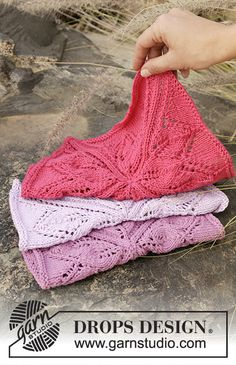 """Kitchen Star - Cloths with lace pattern worked in a square in """"Cotton Light"""". - Free #knitting pattern by DROPS Design"""