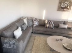 Canapé – canapé gris – salon moderne – salon – coussins – Meublatiss Sofa Bed Design, Minimal Home, Corner Sofa, Grey And White, Living Room Furniture, House Design, Interior Design, Apartments, Zero